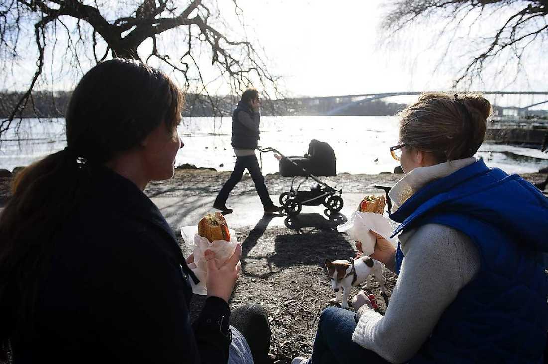 LUNCH I SOLEN Längs Norrmälarstrand på Kungsholmen i Stockholm passades det på att njuta av lunchmackor och promenader i solen.Foto: HENRIK MONTGOMERY/SCANPIX