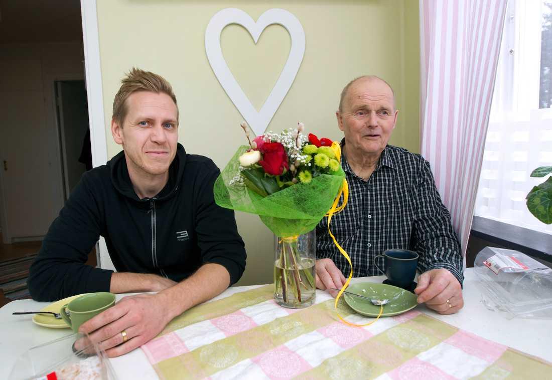 Åke hade med sig blommor och gräddbullar för att tacka Andreas.