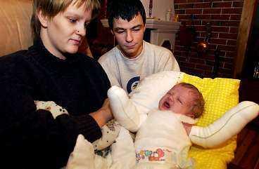 beröring ger blåsor och sår Gunn Mona och Rune Blekastads månadsgamla dotter har den sällsynta sjukdomen EB vilken gör att hon kan få blåmärken och blåsor om man rör vid henne. Napp är uteslutet - det ger sår i munnen.