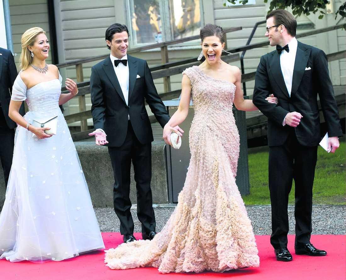 syskonen skrattar tillsammans Kronprinsessan Victoria, Daniel Westling, prins Carl Philip och prinsessan Madeleine såg ut att ha riktigt kul ihop när de anlände till regeringens middag i går.