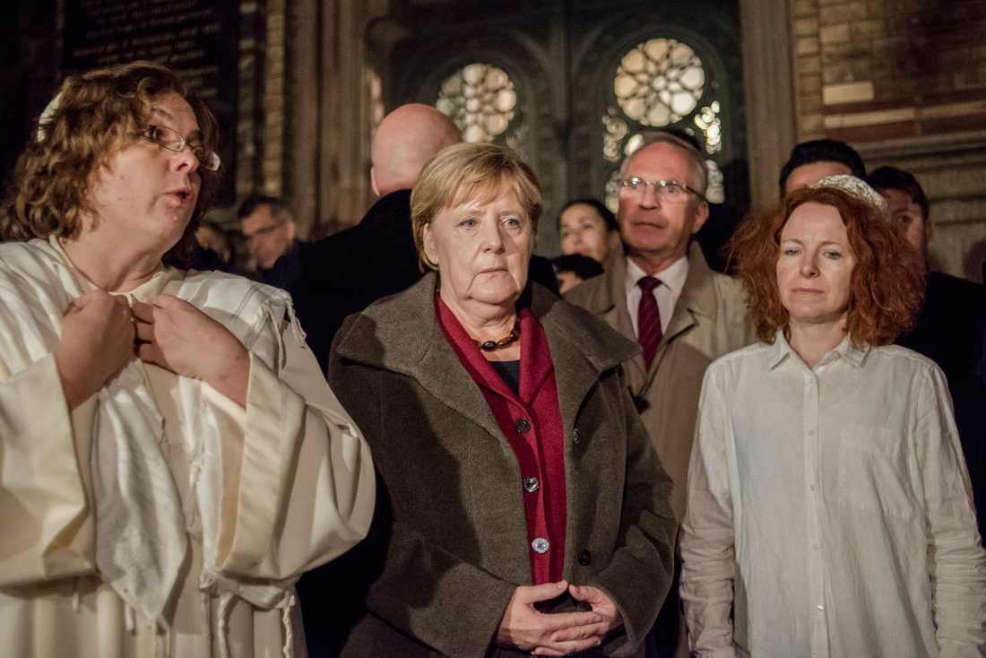 Tysklands förbundskansler Angela Merkel och rabbinen Gesa Ederberg (vänster) samlades med församlingsmedlemmar i nya synagogan i Berlin för att visa sin sorg och avsky efter terrordådet i Halle.