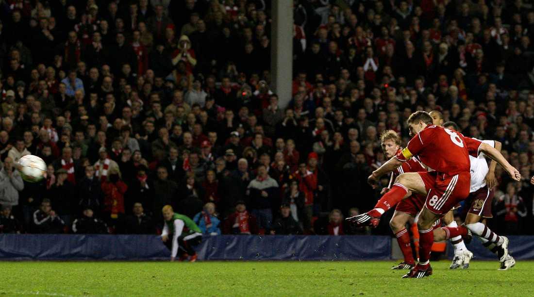 Steven Gerrard slår in den avgörande straffen.