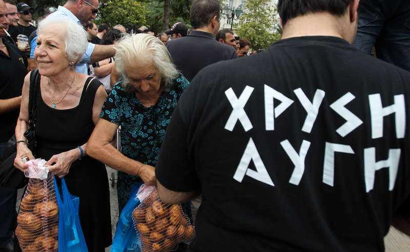 Gyllene gryning delar ut mat i Aten till fattiga greker. Men först efter att de behövande visat upp id-kort och bevisat att de var greker. Foto: AP