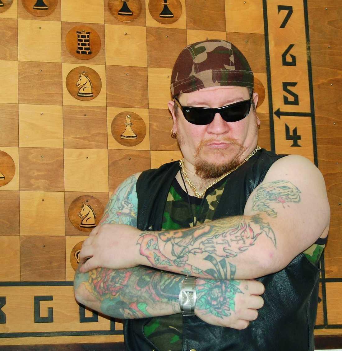 Flera gånger har Juha, som nu heter Nikita Fouganthine, rymt och varit i, eller på väg mot, Sverige när han gripits.