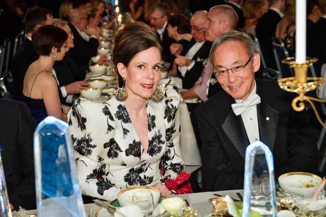 Danius tillsammans med Steven Chu, nobelpristagare i fysik, under Nobelbanketten 2017.