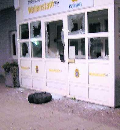 Polisstationen vandaliserades av stenkastare.
