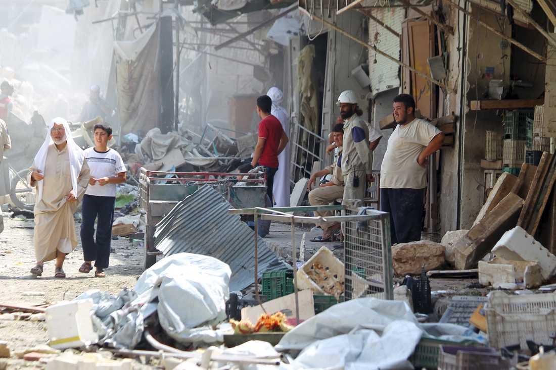 Människor på plats betraktar förödelsen efter kraschen som dödade minst 27 personer.