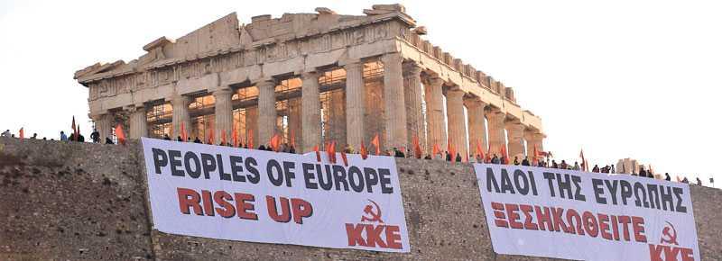 På ruinens brant. Representanter för det grekiska kommunistpartiet protesterar vid Akropolis i Aten.