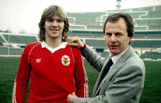 Svennis gjorde två sejourer i portugisiska storklubben Benfica. Här tillsammans med Glenn Strömberg.
