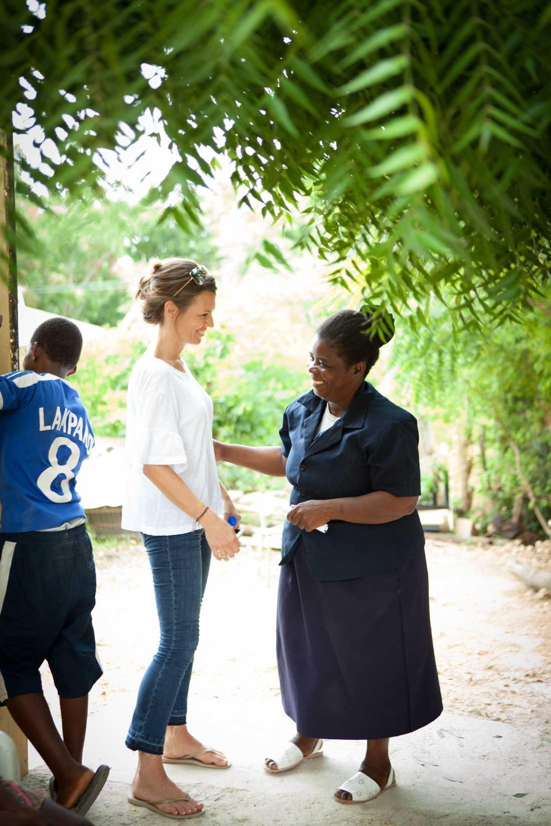"""Ebba och Ysabel, rektor och lärare på den första skolan som """"Together för better"""" byggde."""