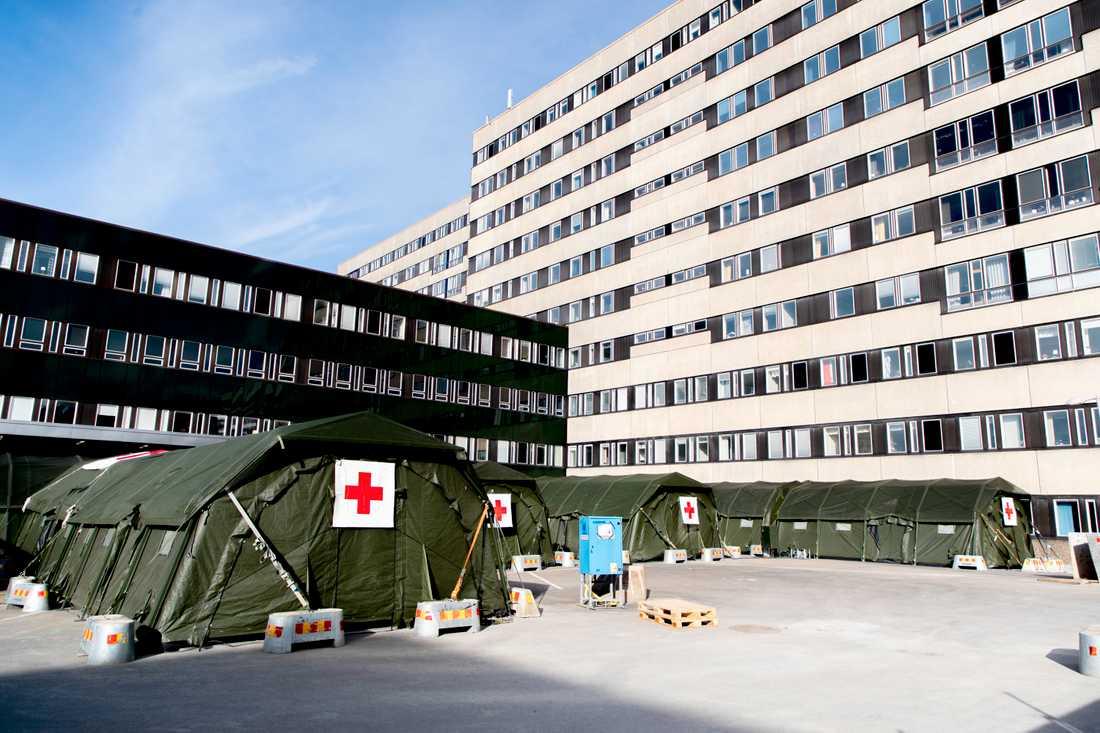 Sjukvårdstält har satts upp utanför Östra sjukhuset i Göteborg för att man ska kunna ta emot fler patienter i samband med coronapandemin. Bild från slutet av mars.
