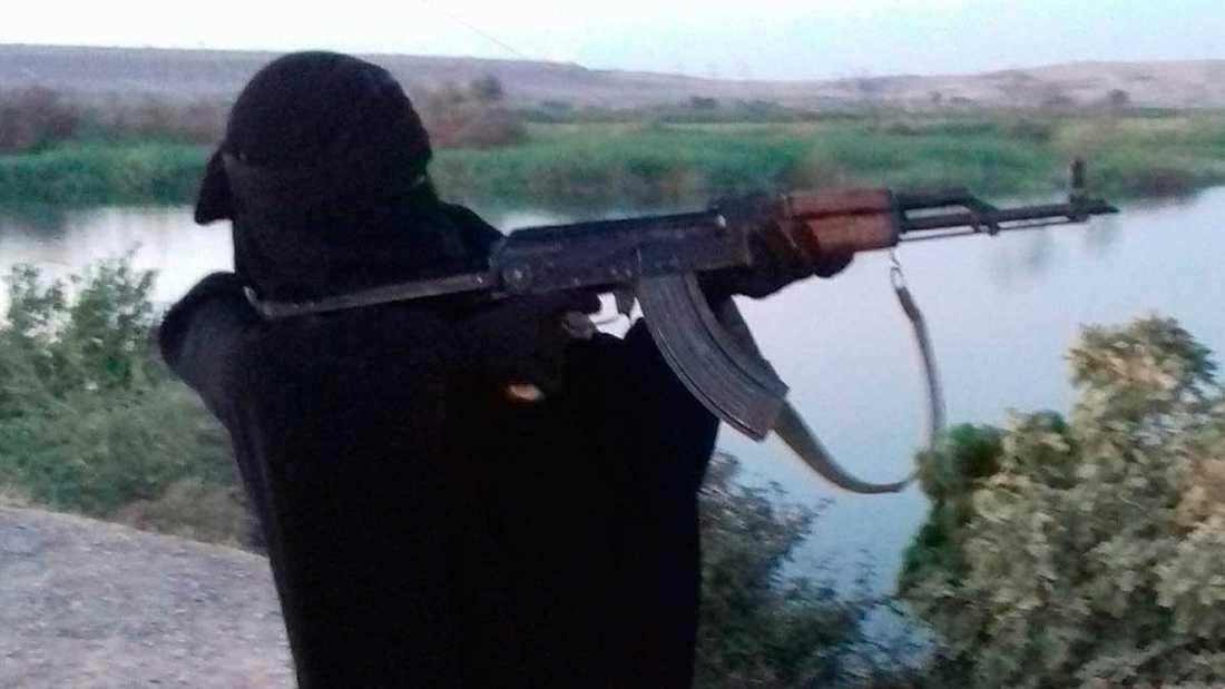 Sara med Kalashnikov. Utflykt i IS-kontrollerat område i Syrien.