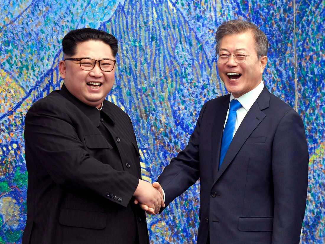 Nordkoreas diktator Kim Jong-Un skakar hand med Sydkoreas president Moon Jae-In vid deras historiska möte vid den demilitariserade zonen mellan länderna i april.