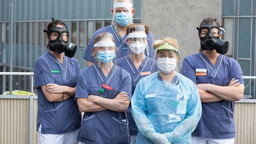 Stanna hemma för oss, så jobbar vi för er, vädjar hälso- och vårdpersonal inför julhelgen. På bilden, från vänster: Jezzica Runsköld, undersköterska, Charlotta Rydgård, läkare, Annsofie Ericsson, arbetsterapeut, Karen Tjåland, biomedicinsk analytiker, Jessica Cadring, fysioterapeut och längst bak David Lagerberg, sjuksköterska.