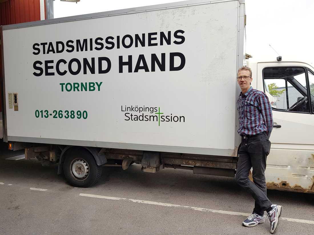 Stadsmissionen chaufför Joakim Hjärtström tog med glädje emot godiset.