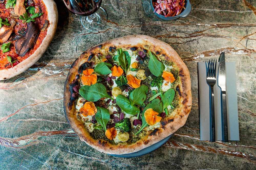 Pizza med pesto och ätbara blommor