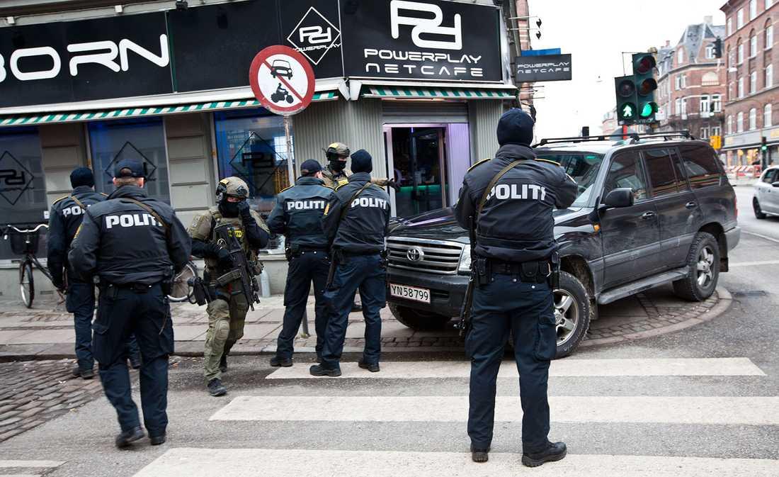 Polisen gör ett tillslag mot ett internetcafé.