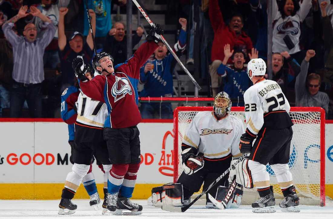 Gabriel Landeskog jublar efter ett av sina 22 mål under rookie-säsongen i NHL. Nästa säsong kan NHL-spelarna spela i svenska division 1.