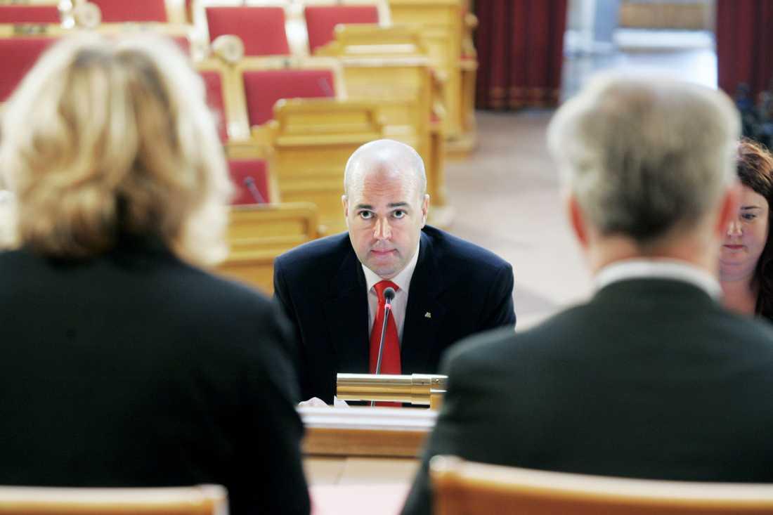 Statsminister Fredrik Reinfeldt och dåvarande statssekreterare Ulrica Schenström (längst till höger) i en tidigare KU-utfrågning.