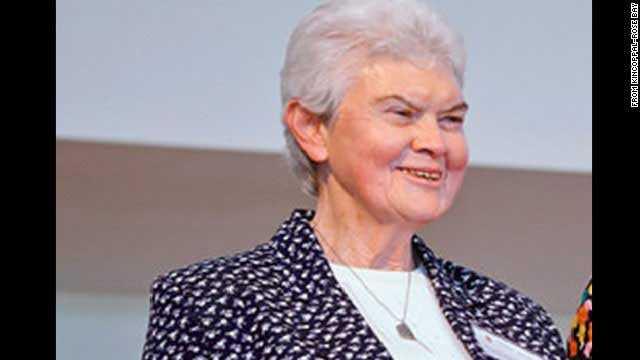 """Syster Philomene Tiernan, 77, Australien. Den 77-åriga kvinnan var lärare och katolsk nunna. Hon var ombord MH17 och skolan där hon jobbade, Kincoppal-Rose Bay School of the Sacred Heart i Australien, sörjer förlusten. Rektorn vid skolan beskriver Tiernan som """"underbart vid och medkännande"""", enligt CNN."""