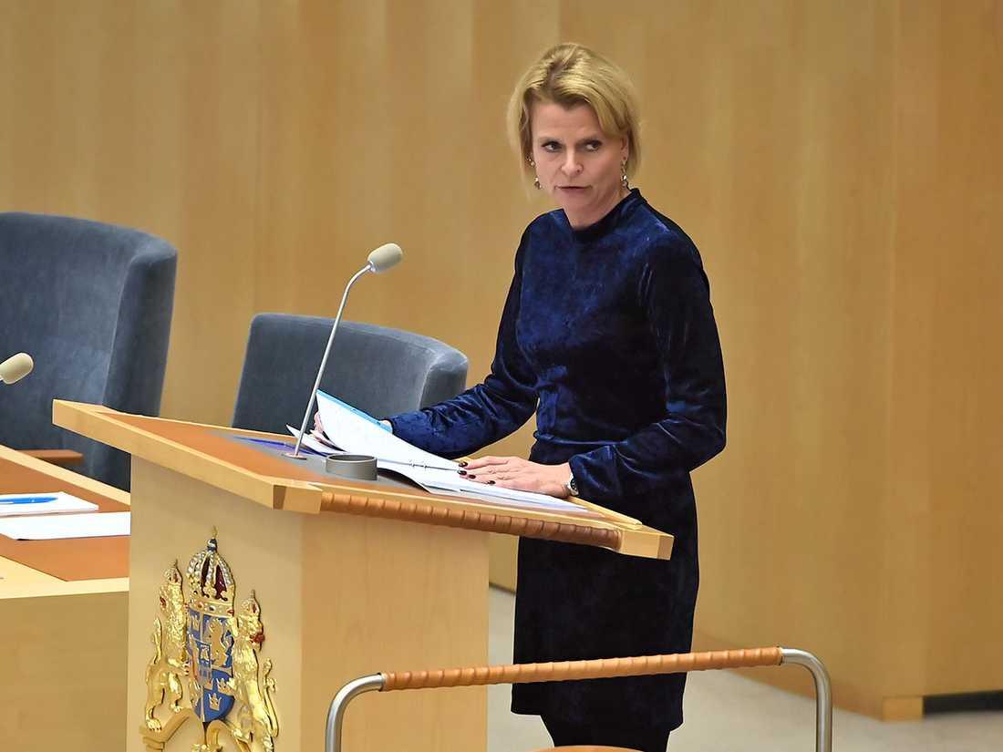 Ansvarig minister Åsa Regnér fick hård kritik från flera partier i riksdagsdebatten om den personliga assistansen. De kräver att regeringens direktiv till Försäkringskassan rivs upp.