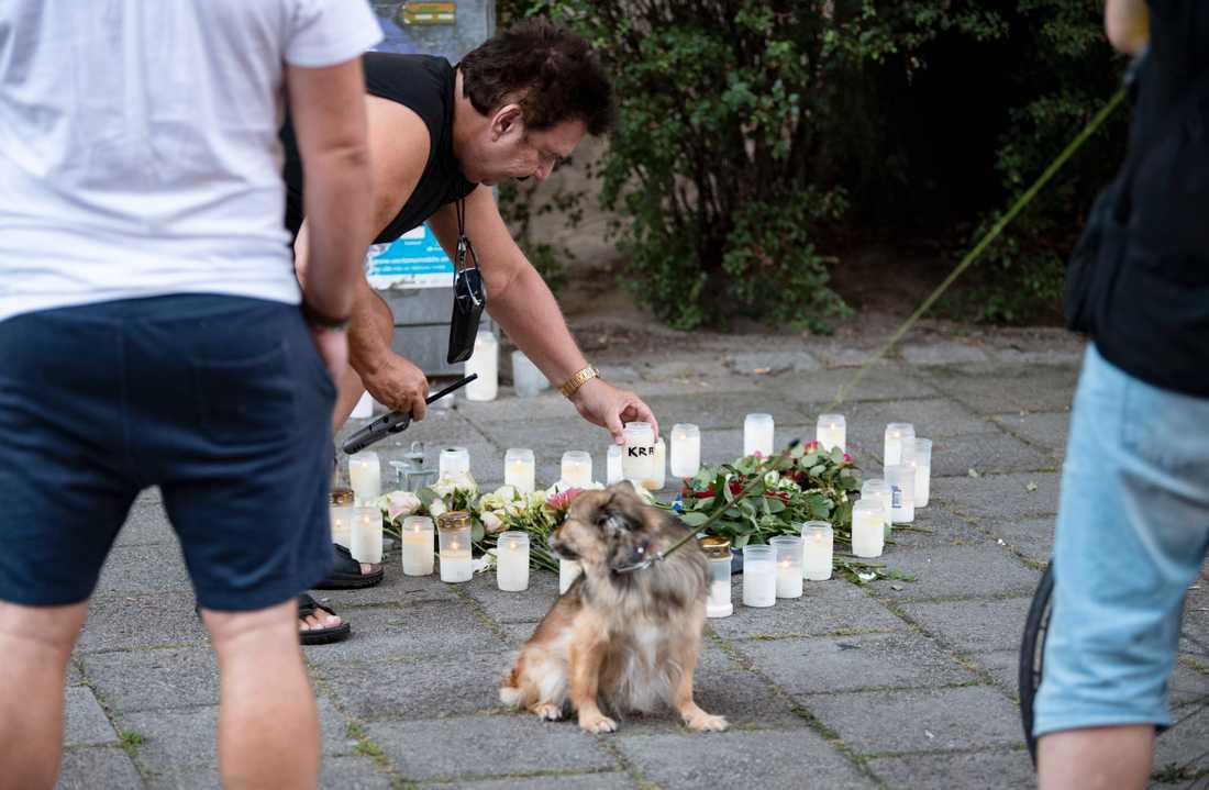 Malmöbon Berndt Carpenton ställer ner ett ljus på minnesplatsen på Sergels väg i Malmö. Inte långt därifrån sköts en 31-årig kvinna ihjäl på måndagsförmiddagen.