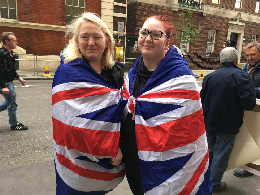Maria Scott och dottern Amy Thompson har tältat utanför sjukhuset i femton dagar.