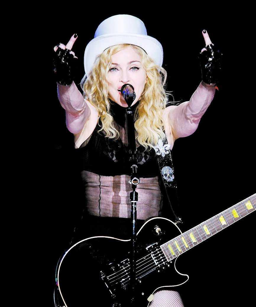 Madonna visar mittenfingrarna.