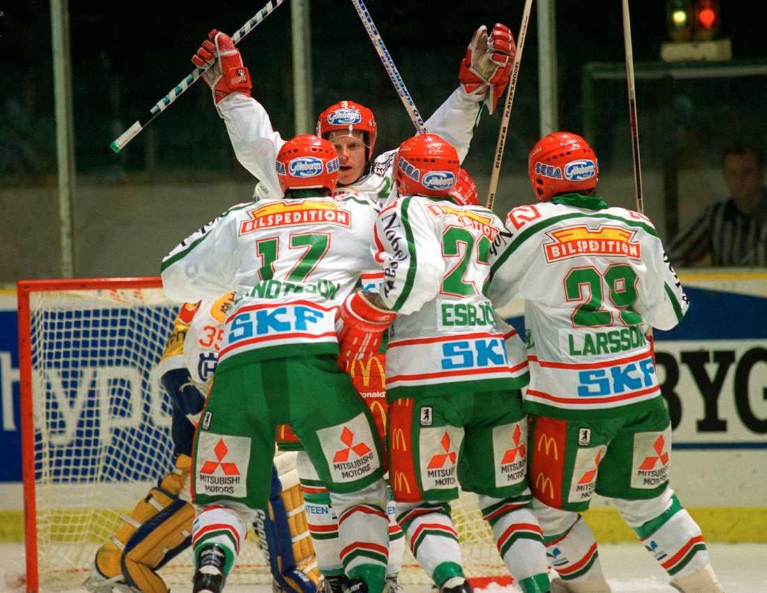 """1993 gjorde """"Alfie"""" sin andra säsong i Västra Frölunda. Här fick han jubla i en match mot HV71."""