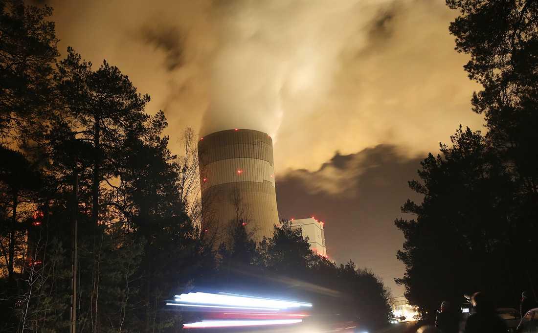 Rökmoln över Europas största brunkolskraftverk i polska Belchatow. Landet står som värd för FN:s klimatmöte som pågår just nu. Arkivbild.