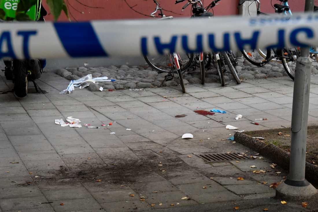 Polisens tekniker undersöker platsen där en man sköts till döds av polis.