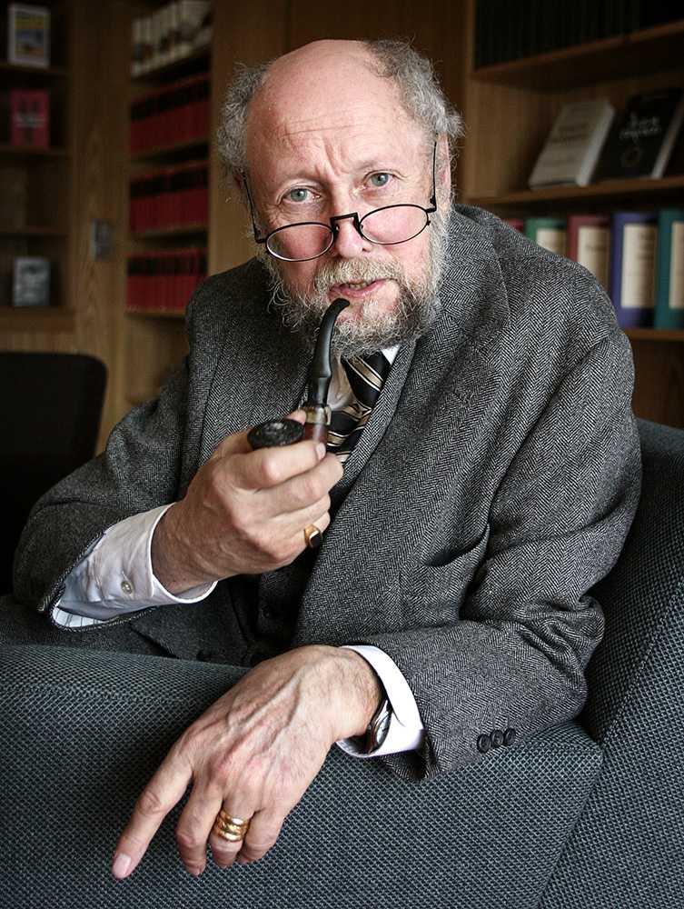 Lindgren med sin karaktäristiska pipa 1995.