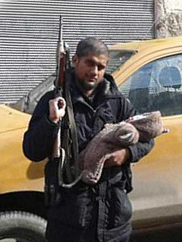 Den före detta hoppborgsförsäljaren Siddhartha Dhar pekas ut som IS nya bödel. Här med sin nyfödda son kort efter att han gick med IS