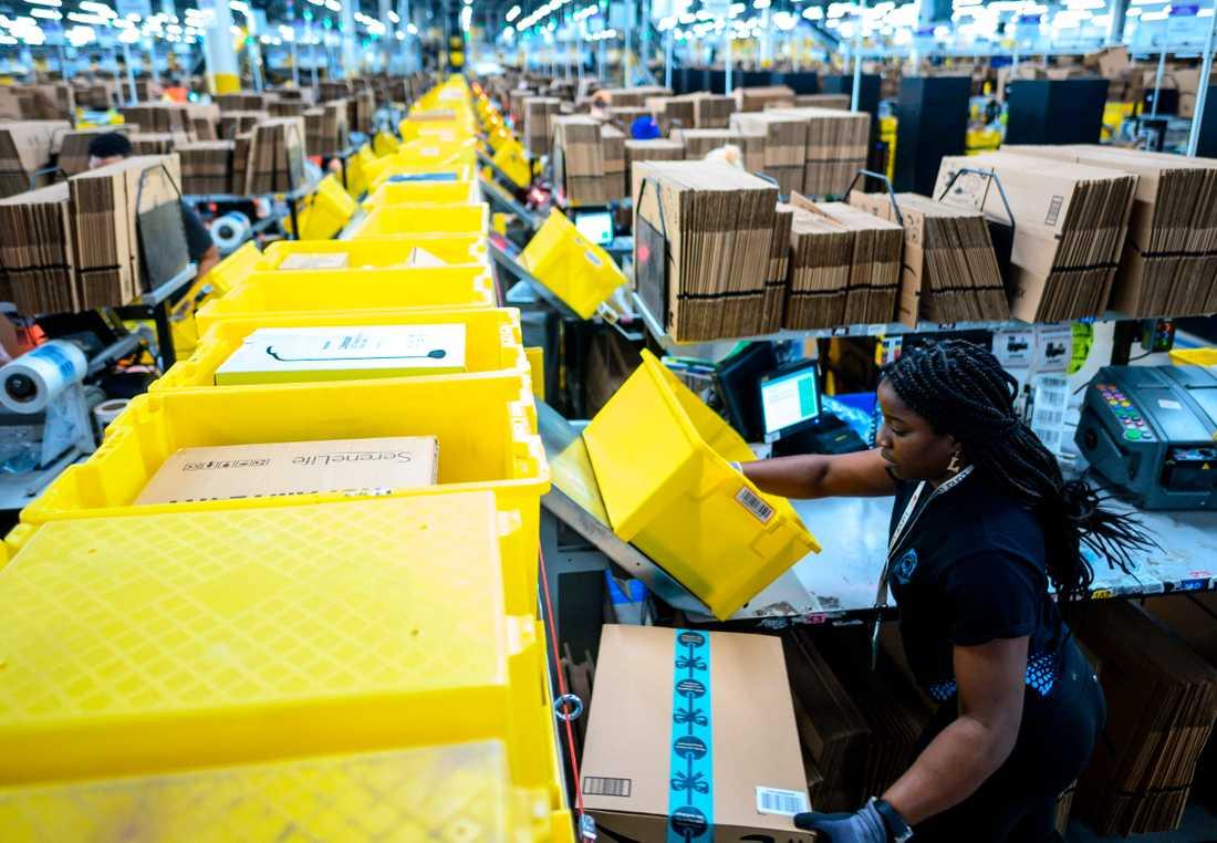 En kvinnlig arbetare på Amazons distributionscentral på Staten Island, den 5 februari 2019.