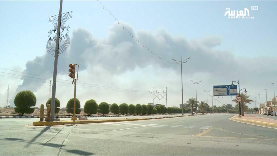 Rök syns stiga från bränderna som orsakades av drönarattacker mot saudiska oljeanläggningar.