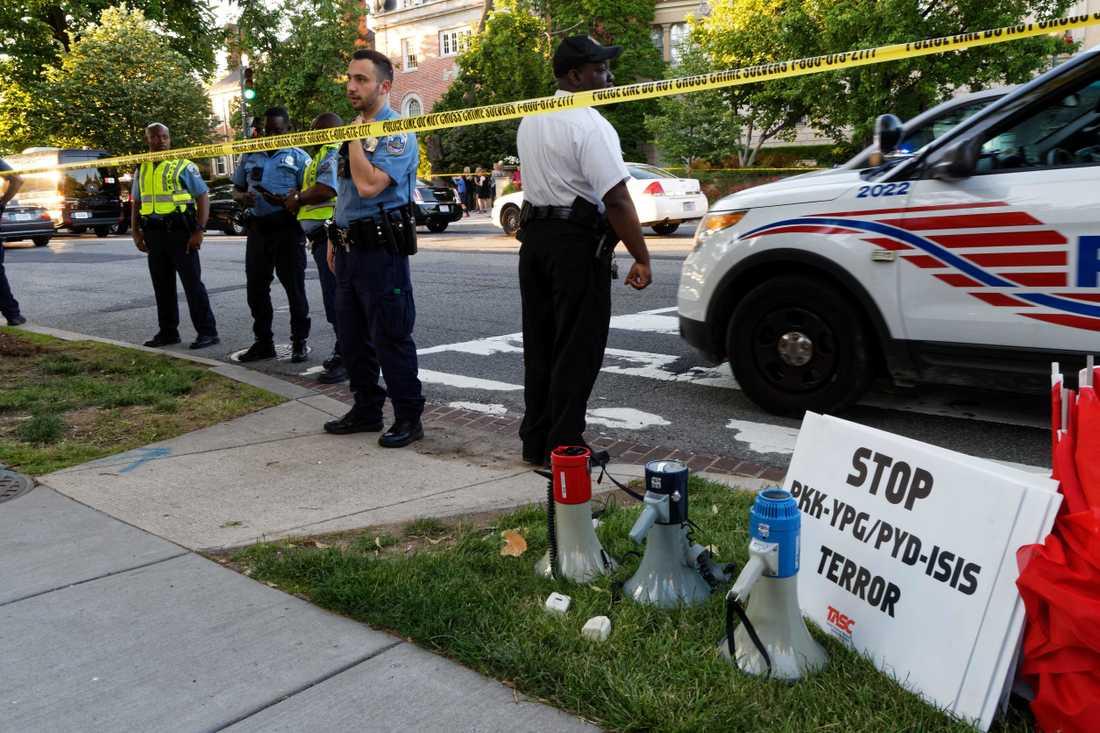 Polisen säkrar området kring den turkiska ambassaden.