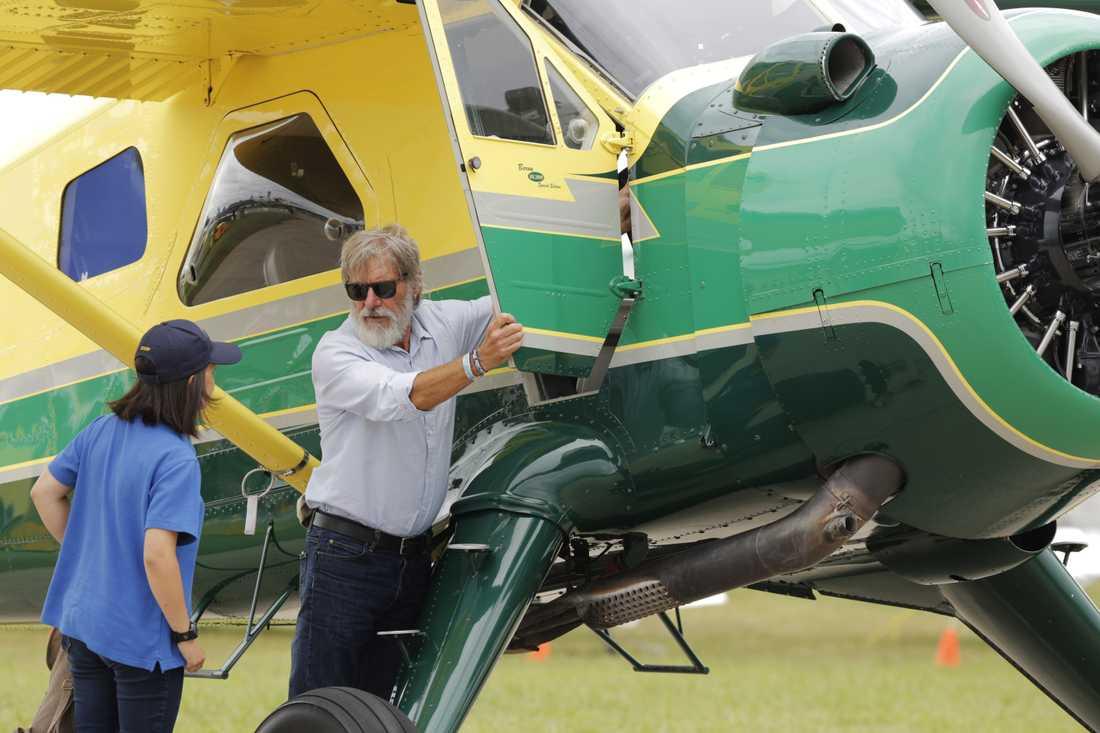 Harrison Ford tillsammans med ett av sina flygplan i juli 2016.