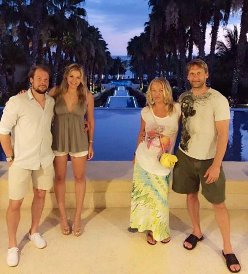 Inte bara träning. Robert och hans amerikanska familj åker även på semester tillsammans. Här med fru Sasha och Nikolai med Vika.
