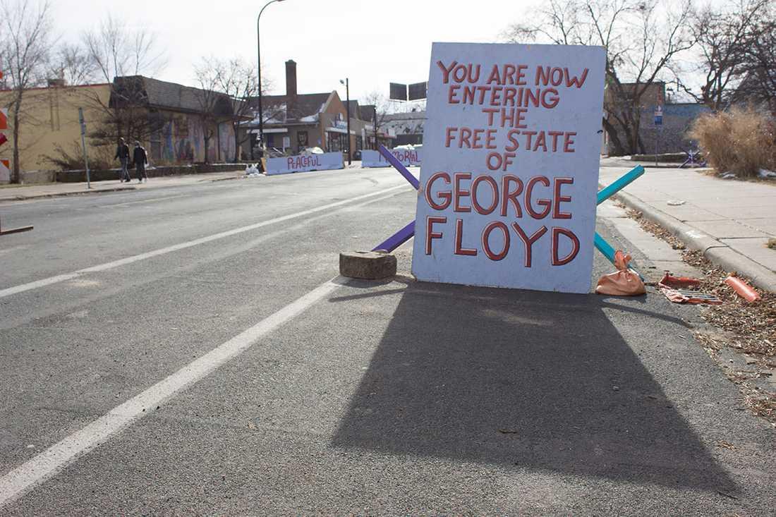 Vägspärr på Chicago Avenue, ett området som ännu ockuperas av aktivister.