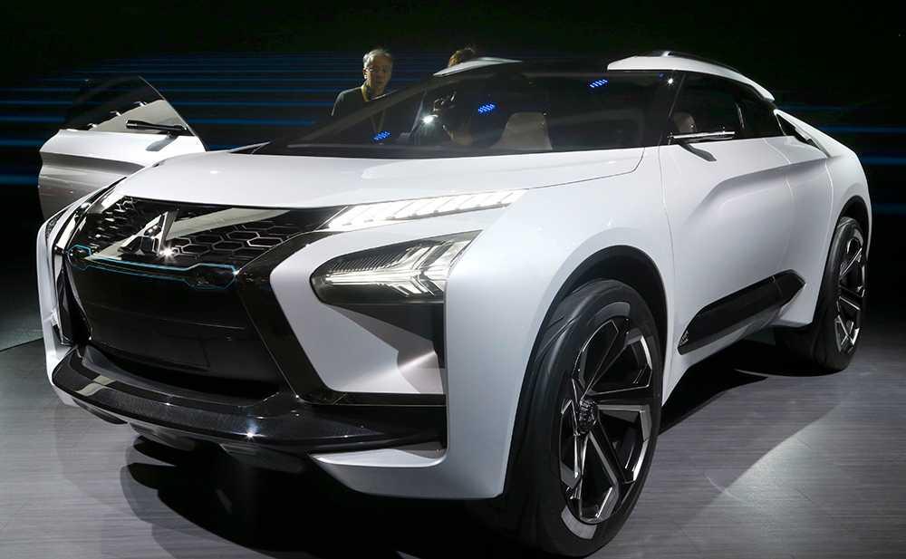 Mitsubishis e-Evolution-koncept är en prototyp som visas upp på bilsalongen i Tokyo. Bilen drivs av tre elmotorer: en på framaxeln och två bak. Fyrhjulsdriven  med aktiv girokontroll som ska fördela kraften mellan bakhjulen och skapa optimal väghållning är tanken.