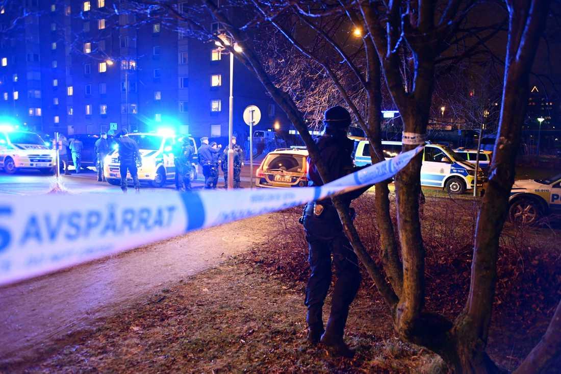 Polisen spärrar av vid polishuset efter explosionen.