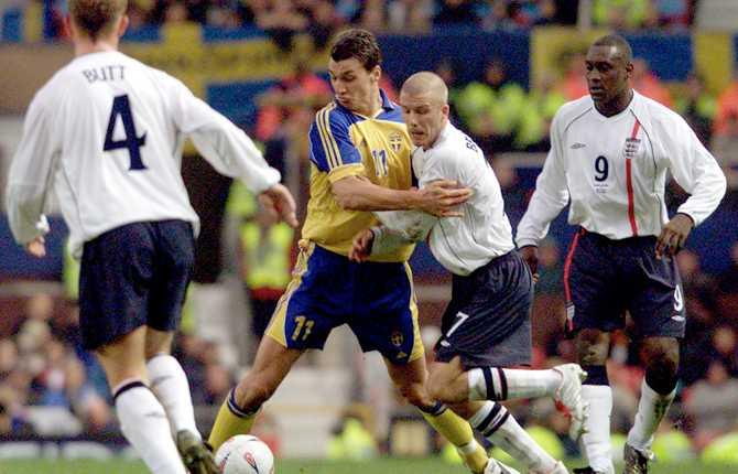 Zlatan var nu given i A-landslaget. Här brottas han med Beckham i en landskamp mot England i november 2001. Butt och Heskey tittar på.