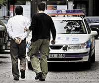 ÅKTE FAST I fredags växlade en 40-årig man en stor summa pengar. På väg från växlingskontoret signalerade en bil att han fått punktering. När han stannade för att byta däck slog piraterna till och rånade mannnen. Strax efter överfallet greps en man vid Gullmarsplan.