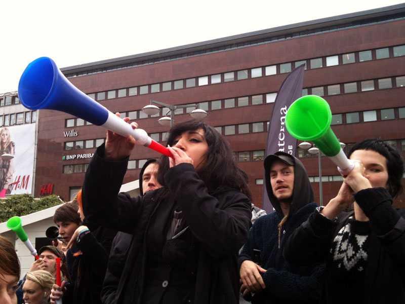 Motdemonstranter med vuvuzelor hade samlats vid Sergels torg när Sverigedemokraterna höll torgmöte.