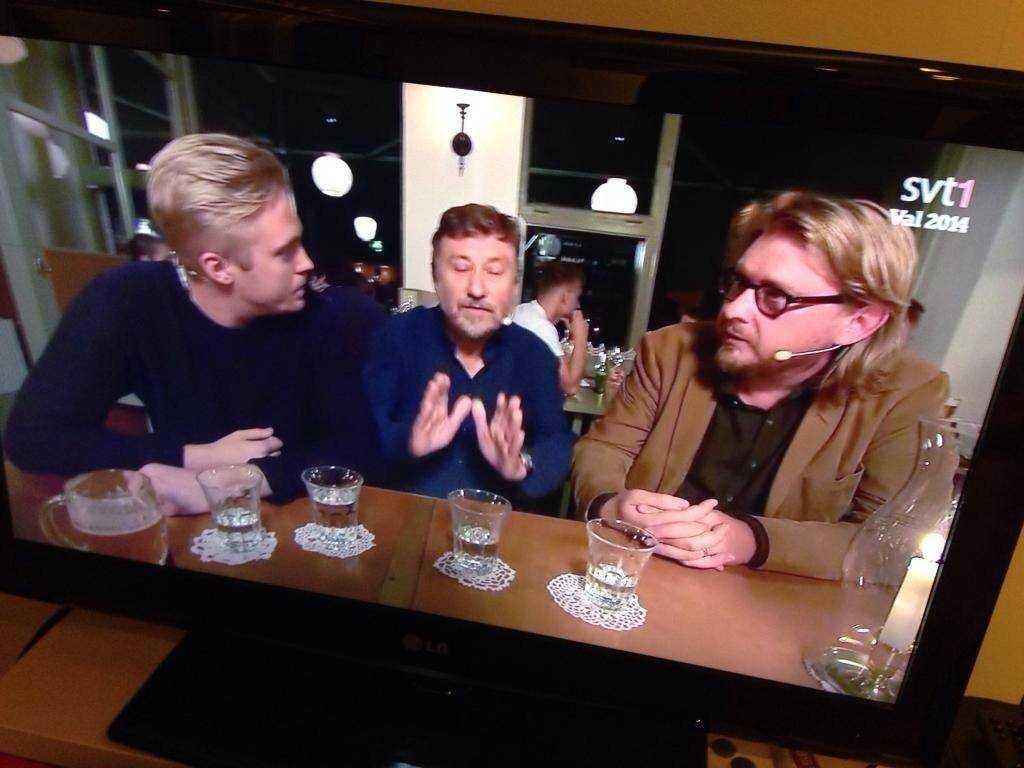 """KRYMPER I TV Markus Persson, politisk redaktör på Östersunds-Posten, och Fredrik Virtanen diskuterar Södermalm med en minimal Janne Josefsson i """"Valet med Janne och Belinda"""" i SVT."""