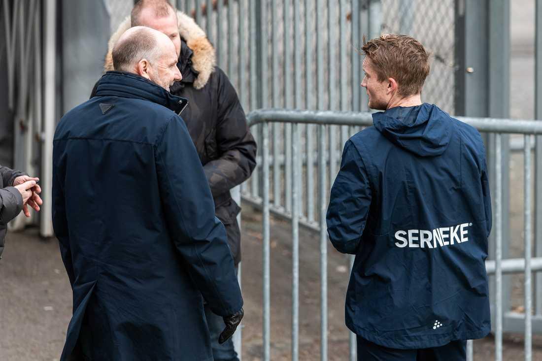 IFK Göteborgs sportchef Håkan Mild och Sam Larsson efter en träning.