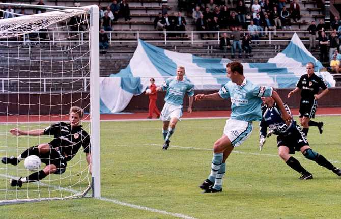 Zlatan debuterade i allsvenskan 1999 - året då Malmö FF åkte ur högsta divisionen. Året därpå gjorde Zlatan tolv mål då MFF åter tog steget upp i allsvenskan. På bilden gör han mål mot Café Opera.