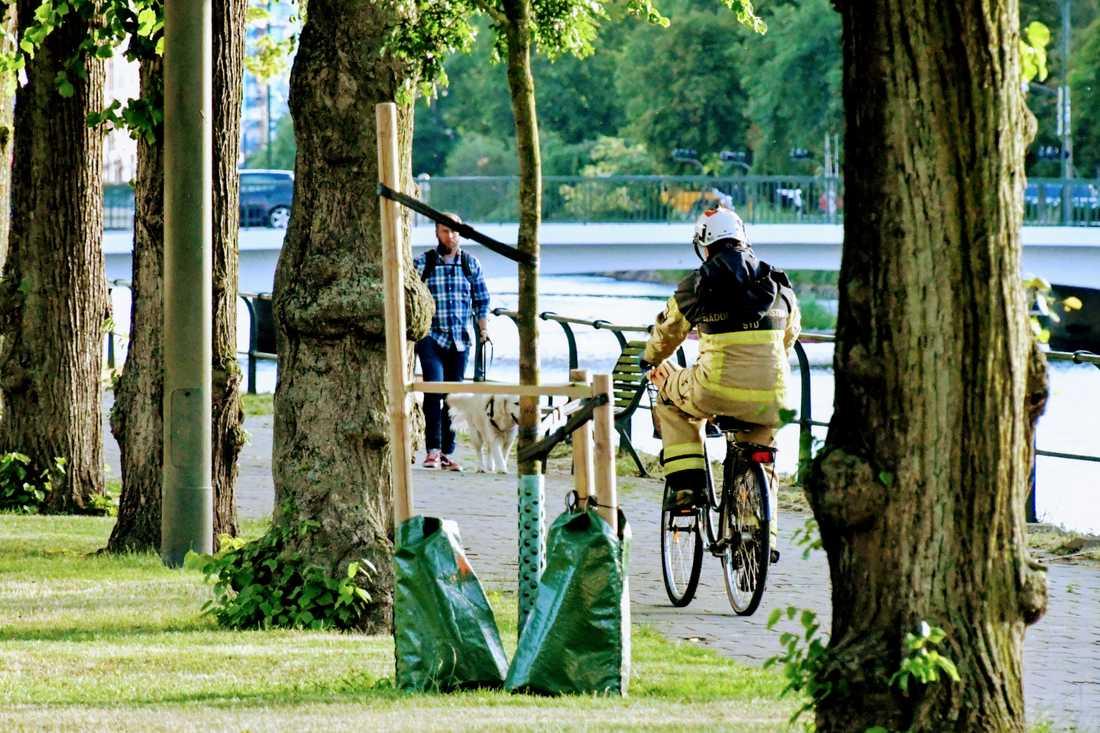 Brandmannen cyklade iväg cykeln i tryggt förväg.