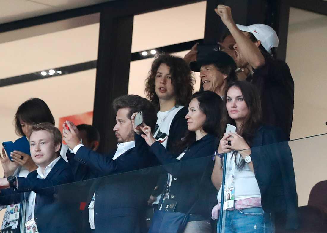 Mick Jagger, med svart keps, syntes på Englands VM-match mot Kroatien. Sångaren har dock ett rykte om att föra otur med sig och beskylls nu för förlusten.