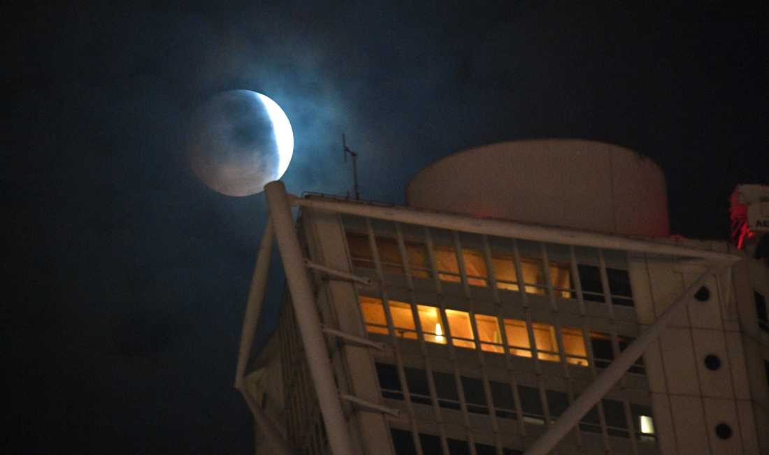 Den delvis förmörkade supermånen tittar fram mellan molnen bakom Turning Torso klockan 05.28 på måndagsmorgonen. Lagom till blodmånen dominerade molnen himlen över södra Sverige.